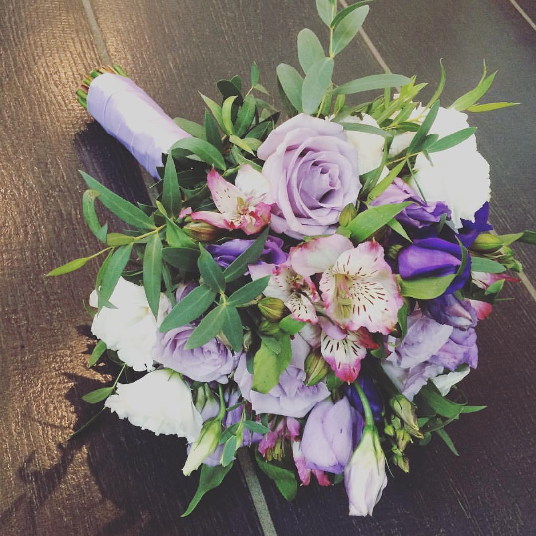 Фиолетовый букет невесты из лизиантуса, букет цветы гортензия